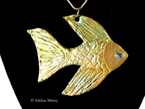 detaliu metalic peste medalion Adelina Maries